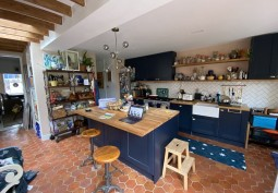 Kitchen (With Island),Kitchen (Coloured units),Coronavirus-Friendly