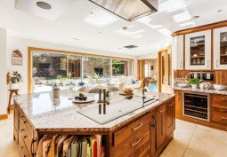 Kitchen (With Island),Kitchen (Wooden Units),Kitchen With Table, Kitchen (Electric/Induction Hob)