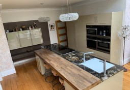 Kitchen (Coloured units),Kitchen (Modern),Kitchen With Table, Kitchen (Electric/Induction Hob)