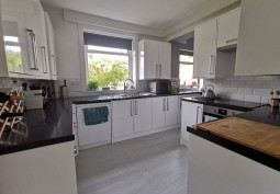 Kitchen (Cream or White units),Kitchen (Electric/Induction Hob)