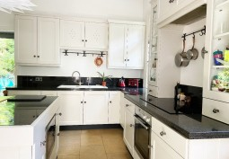 Kitchen (With Island),Kitchen (Cream or White units),Kitchen (Electric/Induction Hob)